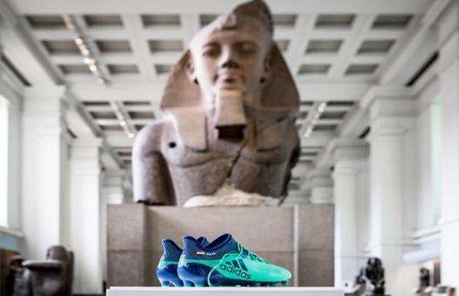 حذاء محمد صلاح بجانب الآثار المصرية